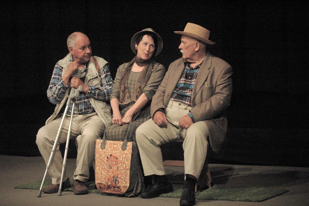 Tři na lavičce 06